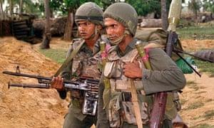 sri lanka soldiers look for tamil rebels