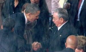 Obama shakes hands with Raúl Castro