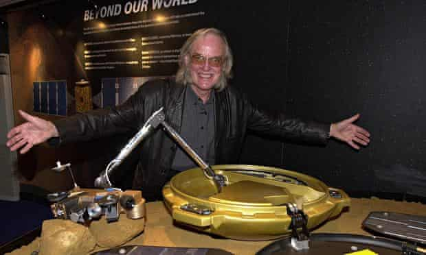 Colin Pillinger with the Beagle 2 landing craft in 2002
