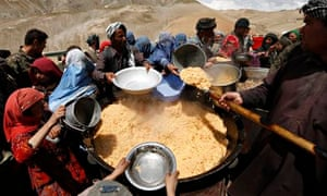 MDG : Afghan villagers displaced by the deadly landslide receive their lunch