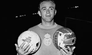 Alfredo Di Stéfano in 1956, holding two footballs