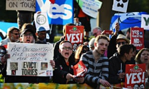 Campaigners for Scottish independence hold up placards