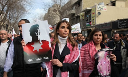 Jordan's Queen Rani holds a picture of executed Jordanian pilot Muadh al-Kasasbeh
