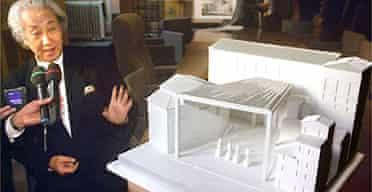 Architect Arata Isozaki and a model of his proposed new exit for the Uffizi