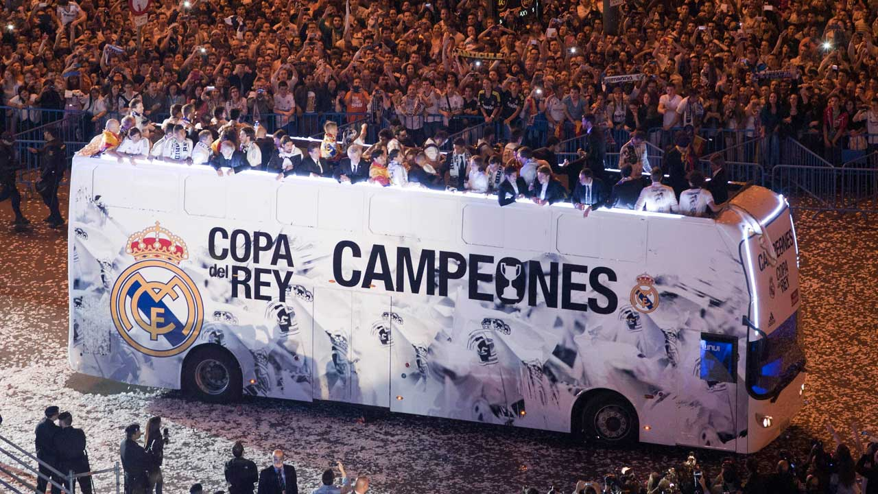 Ramos is the GOAT - Page 4 Real-Madrid-street-parade-011