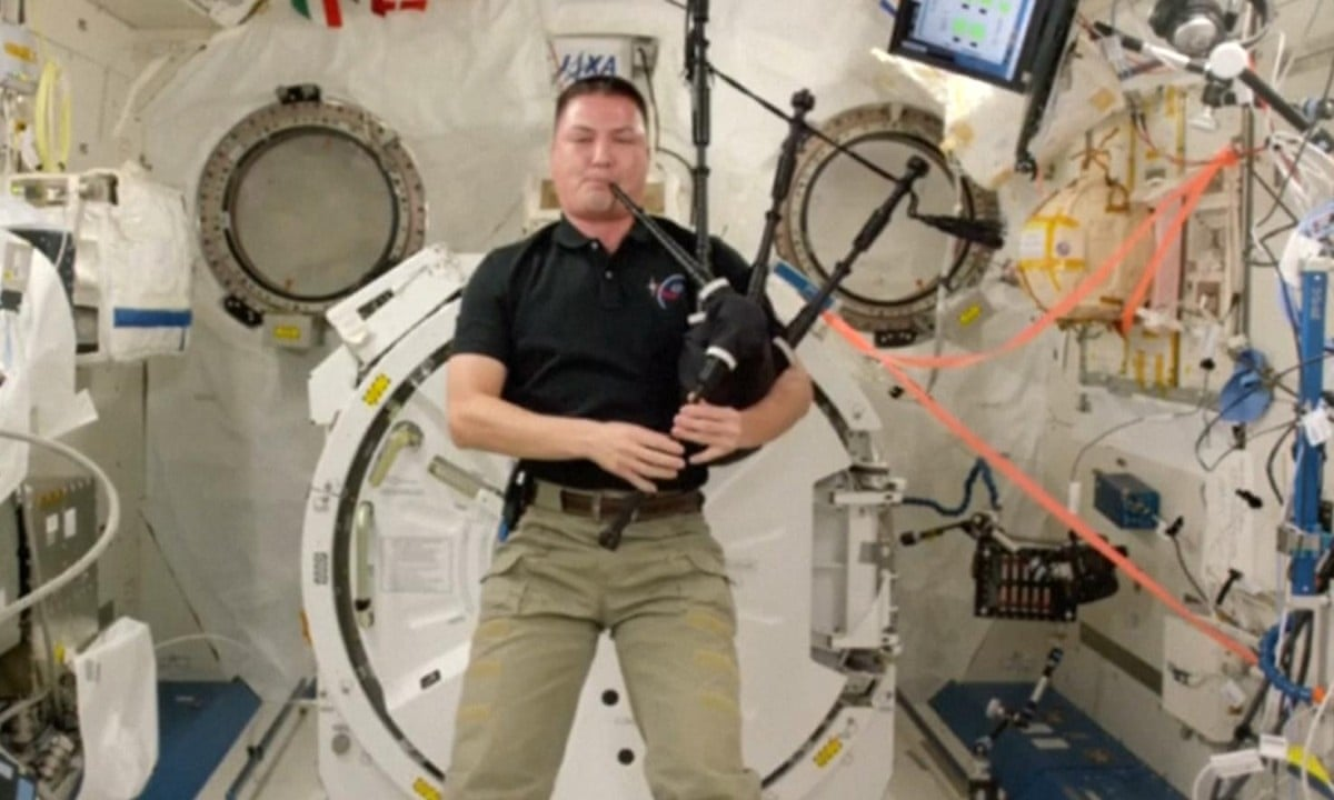 Astronaut plays Amazing Grace on bagpipes on International ...
