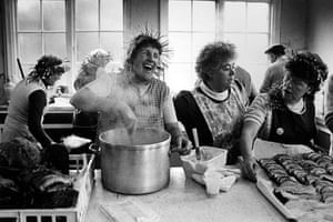 Great press photography: the wives of the pitmen preparing dinner on Christmas day, 1984