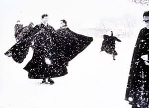 Great press photography: Italian priests enjoy the snow in Rome