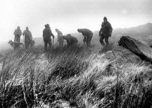 Press photography: Police searching for the child victims of the Moors Murders