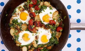 Braised eggs with tomato, spinach and yoghurt
