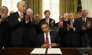 Barack Obama caps his pen after signing an executive order closing the Guantánamo Bay prison