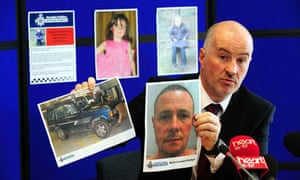 Detective Superintendent Reg Bevan holding up a photo of Mark Bridger