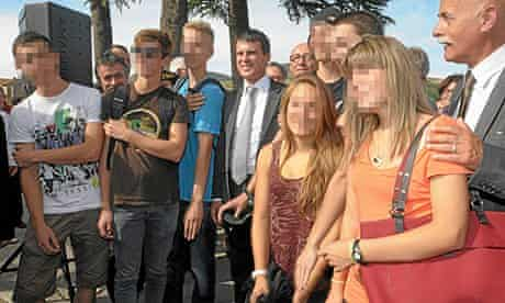 Manuel Valls with a group of young people some of whom are making the quenelle gesture