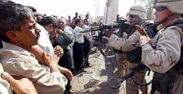 US soldiers face protesting ex-Iraqi army soldiers in Baghdad