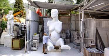 Marc Quinn works on Alison Lapper Pregnant in Pietrasanta, Tuscany