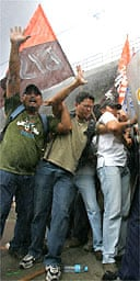 Police spray protesters with water cannon in Manila