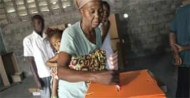 A Congolese resident from Kinshasa's central district casts her ballot