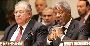 Kofi Annan at a meeting of the UN beside Iraqi president Jalal Talabani