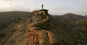 A US soldier on the border between Afghanistan and Pakistan