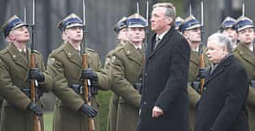 The Czech prime minister, Mirek Topolanek, and his Polish counterpart Jaroslaw Kaczynski (r) inspect the guard of honour at in Warsaw.