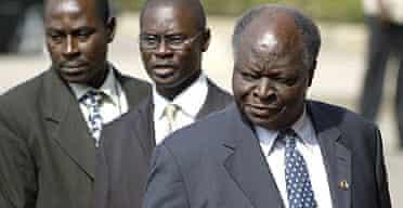 Kenya's president, Mwai Kibaki (r)