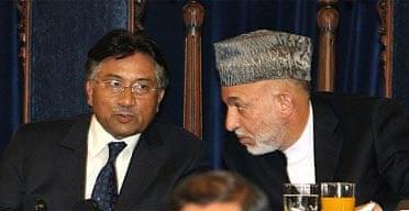 Afghanistan's president, Hamid Karzai (r), talks to Pakistan's president, Pervez Musharraf, on the last day of the