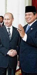 The Russian president, Vladimir Putin (l), shakes hands with the Indonesian president, Susilo Bambang Yudhoyono