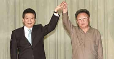 The South Korean president, Roh Moo-hyun, (l) and the North Korean president, Kim Jung-il, after signing a joint declaration on peace and closer economic cooperation
