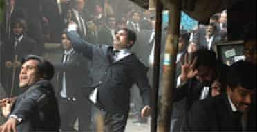 Pakistani lawyers take on police in Lahore