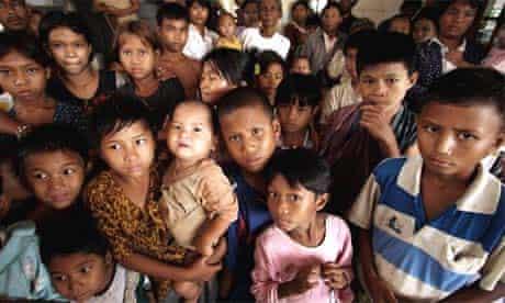 Burmese children wait for cyclone aid supplies in Kyauktan