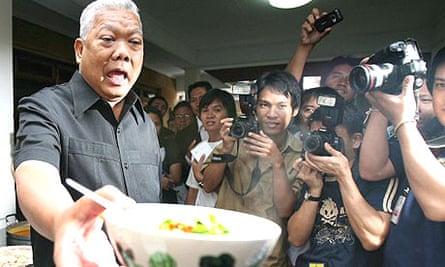 Samak Sundaravej gives a cooking demo for Thai media at his residence in Bangkok