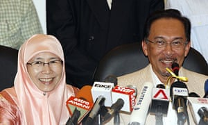 Malaysian opposition leader Anwar Ibrahim (r) and his wife, Wan Azizah Ismail, at a press conference in Kuala Lumpur.