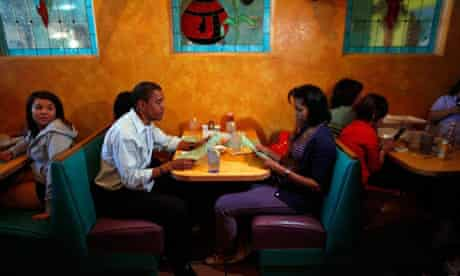 Barack and Michelle Obama and their two children eat at a restaurant in Pueblo, Colorado