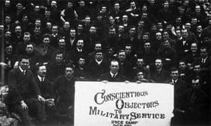 Una multitud de objetores de conciencia al servicio militar durante la primera guerra mundial en un campo de prisioneros especial