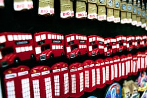 Gallery Routemaster: Kitsch London magnet souvenirs including Big Ben, Routemaster buses