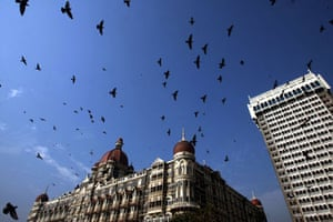 Gallery 22 December 2008: Mumbai, India: Pigeons fly around Taj Mahal hotel
