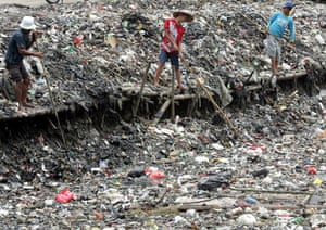 Gallery River Citarum : Indonesian workers clean piles of garbage along a Jakarta river bank