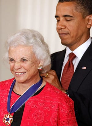 Barack Obama presents the medal of freedom to retired supreme court justice Sandra Day O'Connor at the White House