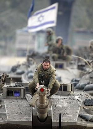 Gallery Gaza: Israeli soldiers prepare their tanks