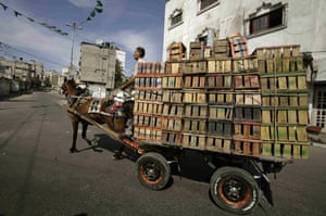 Gallery Gaza then and now: Gaza city, Gaza Strip: A Palestinian man transports empty fruit containers