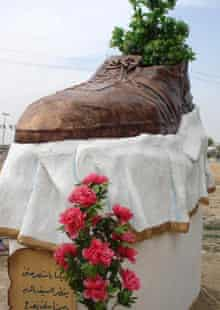 bush shoe statue
