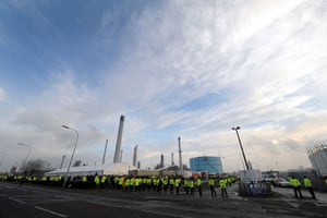 Gallery Oil refineries strike: Protesters demonstrate outside the Total Lindsey oil refinery in Immingham.