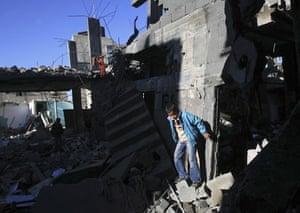 Gallery gaza: Palestinians inspect rubble in Gaza