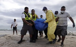 Samoa: Police carry the body of a tsumani victim