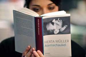 Herta Müller: A young woman reads Herta Müller's novel Atemschaukel