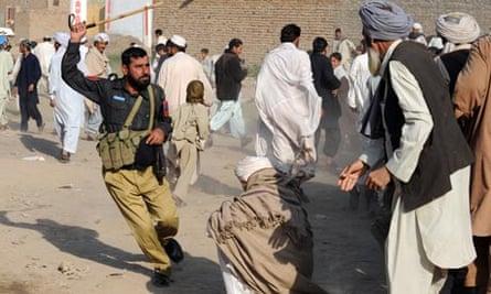 pakistan policeman baton charge