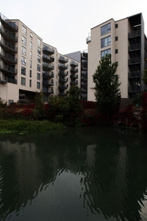 River Lee: Blocks of flats at Old Ford Lock, Bow
