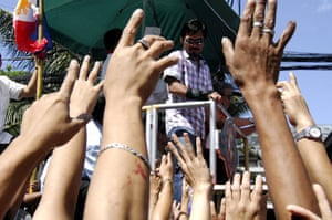 24sport: Fans of Manny Pacquiao wave to him  during a victory motorcade