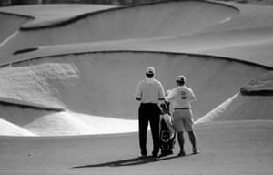 24sport: Ernie Els & his caddie Ricci Roberts survey the bunkers on the fifth hole