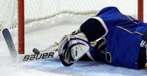 24sport: St. Louis Blues goalie Chris Mason dives down to make a save